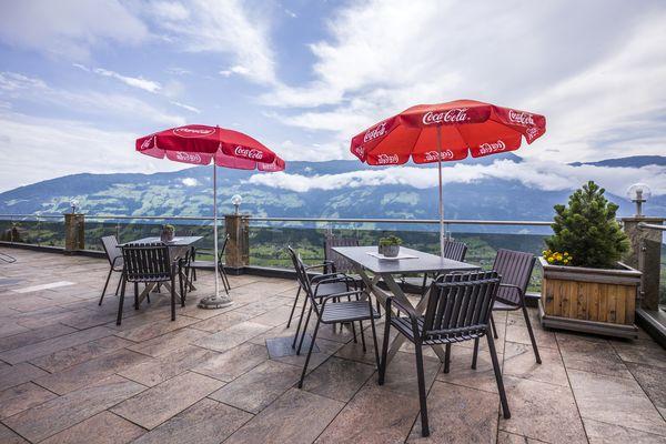 Sitzgelegenheit mit Sonnenschirm auf der großen Terrasse des Gasthof Sonnberg