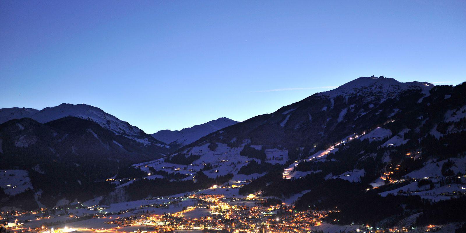 Nachtaufnahme der Ortschaft Fügen im Winter