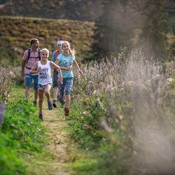 Kinder laufen entlang eines Wanderweges im Wandergebiet Spieljoch