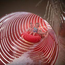 Vater mit Tochter auf Reifen in der Röhrenrutsche in der Erlebnistherme Zillertal