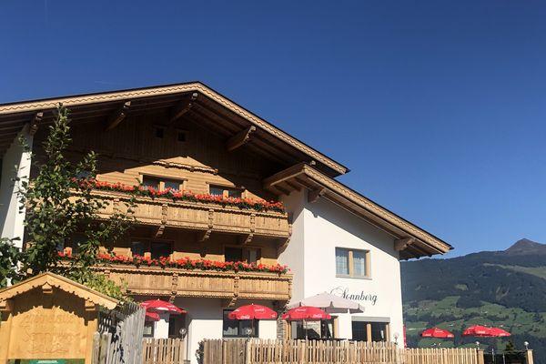 Aussenansicht Gasthof Pension Sonnberg im Sommer