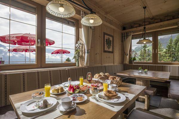 Üppig gedeckter Frühstückstisch in der Stube des Gasthof Sonnberg