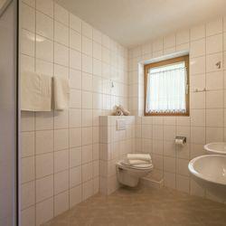 Badezimmer mit Dusche, WC und Waschbecken inklusive Fenster