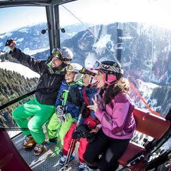 Familie schießt in der Gondel Selfie von sich