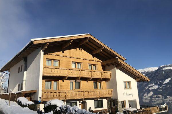 Aussenaufnahme Gasthof Pension Sonnberg an einem klaren kalten Wintertag